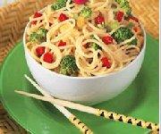 Salade de nouilles et brocoli avec sauce asiatique citronnée aux arachides