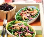 Salade de roquette au saumon avec vinaigrette aux bleuets grenade