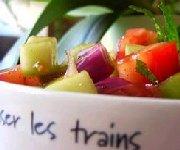 Salade de tomate et de concombre à l'oignon et à la menthe