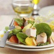 Salade tiède à la dinde, artichauts et amandes