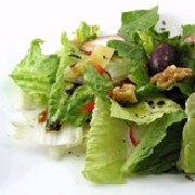 Salade verte amère avec vinaigrette aux noix grillées et au fromage bleu