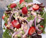 Salade verte avec sauce aux framboises