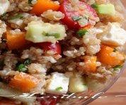 Salade de quinoa avec amandes, feta et légumes