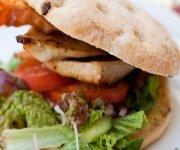 Sandwich au poulet grillé avec poivrons rouges et roquette
