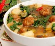 Soupe à la saucisse, pommes de terre et bette à carde