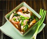Soupe asiatique avec poulet, crevettes et riz sauvage