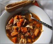 Soupe au poulet et pesto de tomates piquantes