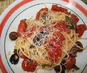 Spaghettini aux tomates et aux olives
