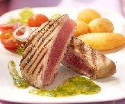 Steaks de thon grillés, sauce aux fines herbes
