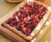 Tarte rustique aux fraises et aux bleuets sur le barbecue