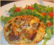 Tartelettes aux oignons blancs crémeux et à la saucisse