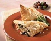 Triangles feuilletés à la Grecque au fromage féta, aux épinards et aux dattes