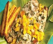 Vivaneau épicé grillé avec salsa à la mangue et à la pêche